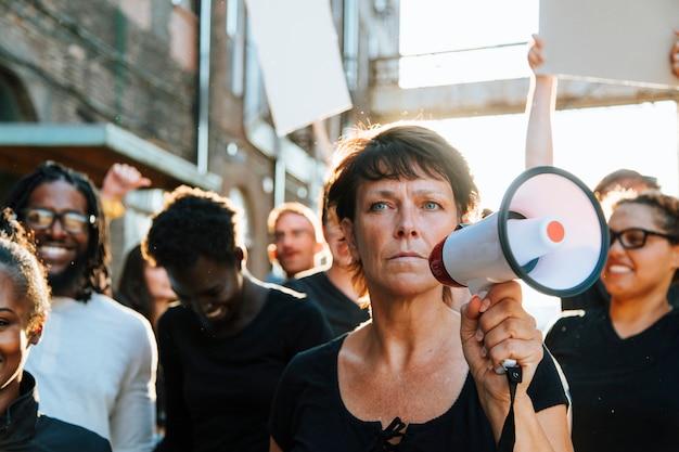 Feministin mit einem megaphon bei einem protest