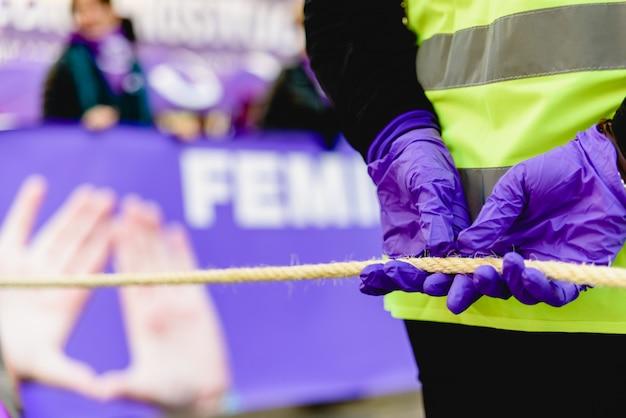 Feministische symbole lila elemente während demonstrationen.