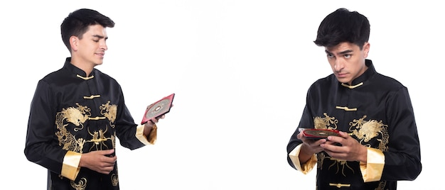 Feng shui-meister zeigen fengshui-kompass und wenden sie die richtung zur kraftenergie an