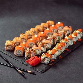Feng shui roll, kani hot sushi roll mit philadelphia roll nahaufnahme