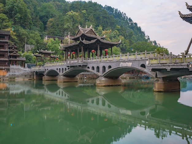 Fenghuang alte stadtbrücke mit landschaftsansicht der alten stadt fenghuang .phoenix antike stadt oder fenghuang county ist eine grafschaft der provinz hunan, china
