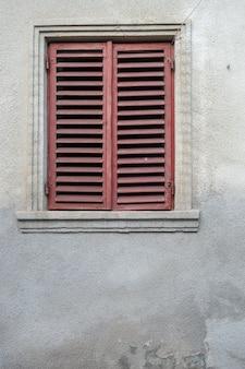 Fenster an der fassade einer steinmauer
