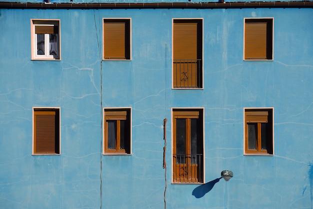 Fenster auf der blauen gebäudefassade in der straße in bilbao-stadt spanien