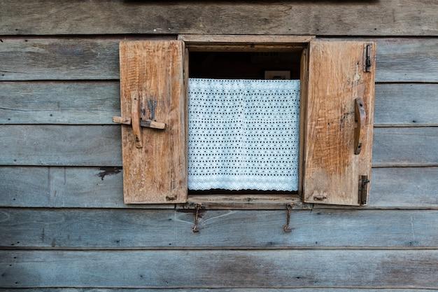 Fenster auf holzhaus, weinleseart bei thailand.