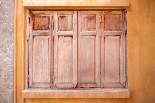 Fenster der alten holzhauswand