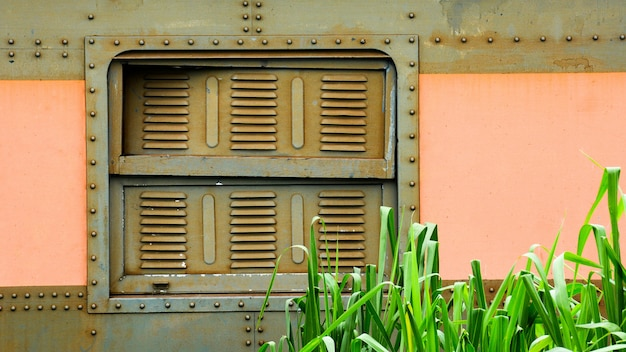 Fenster des alten und rostigen drehgestellzuges