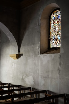 Fenster einer dunklen kirche