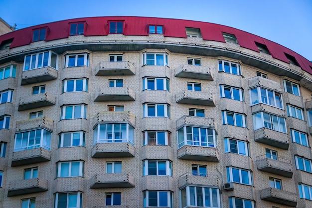Fenster eines hohen mehrstöckigen wohngebäudes.