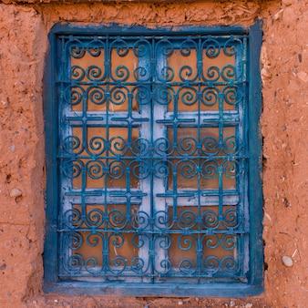 Fenster eines traditionellen hauses, ouarzazate, marokko