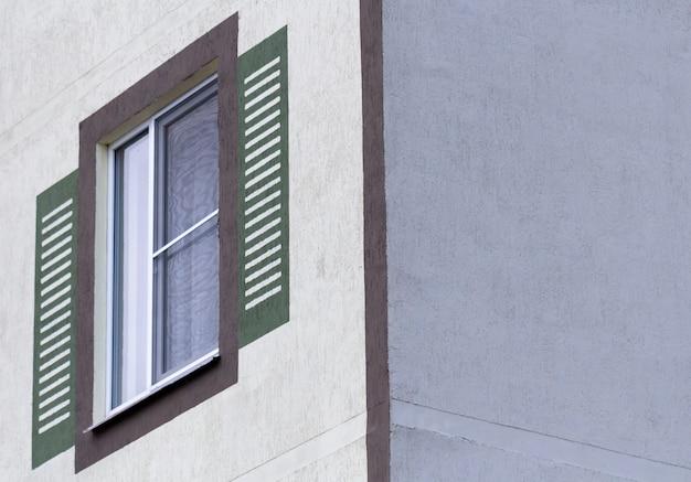 Fenster gegen eine wand eines mehrstöckigen gebäudes.
