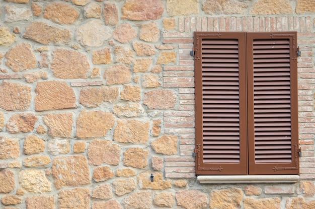 Fenster im alten vintage-stil in der toskana italien