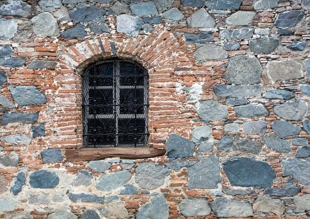 Fenster in alter steinmauer