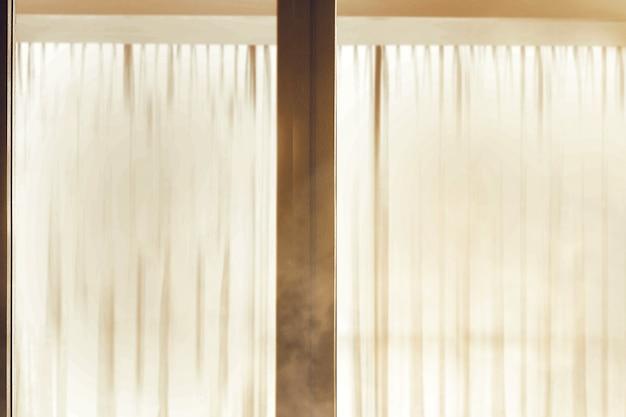 Fenster mit dem vorhang in einem verlassenen haus mit einem dramatischen hintergrund