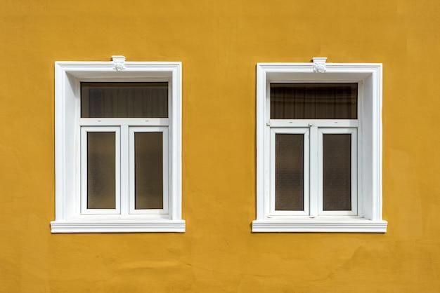 Fenster mit moskitonetz in der wand