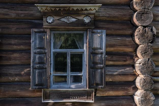 Fenster mit platbands des alten traditionellen russischen bauernhauses kostroma russland