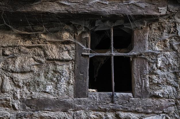 Fenster mit spinnweben