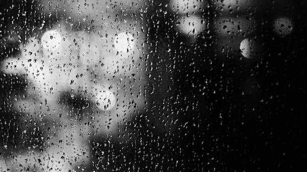 Fenster und regen fallen in der eigentumswohnung oder im apartmentzimmer an einem regnerischen tag in bangkok thailand