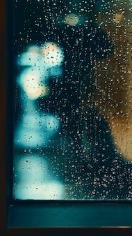 Fenster und regentropfen in eigentumswohnung oder apartmentzimmer an einem regnerischen tag in bangkok thailand