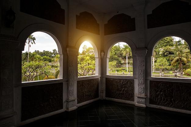 Fensteransicht des parks in asien. bogenform.