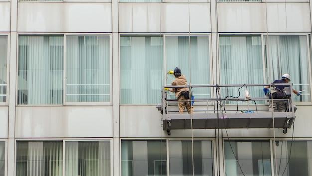Fensterglasreiniger arbeitet außerhalb des gebäudes