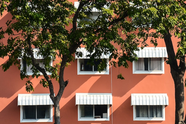 Fenstermuster am orange konkreten gebäude