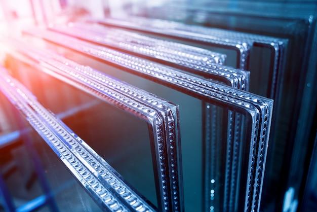 Fensterprofil geschnitten aus metall, glas und isolierung.