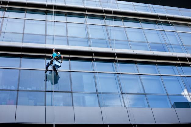 Fensterputzer arbeitet an einem glas.