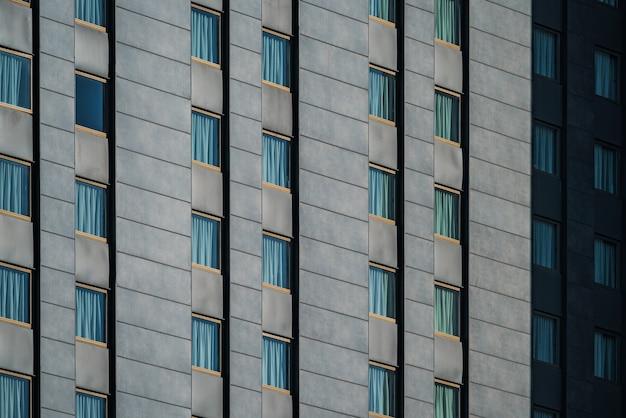 Fensterreihen eines städtischen gebäudes