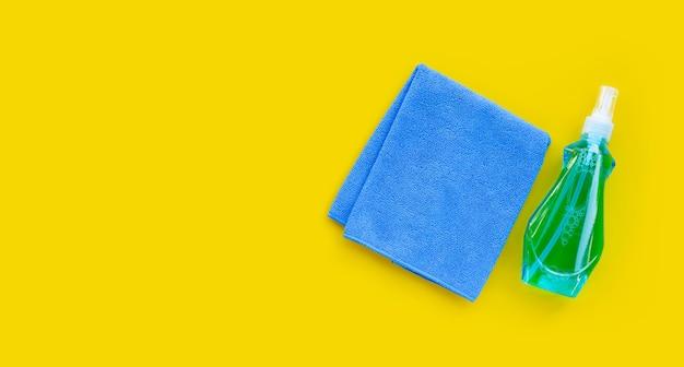 Fensterreiniger in plastikflasche mit blauem tuch to