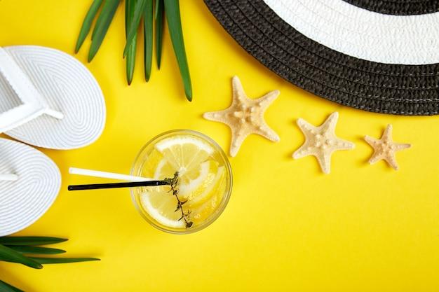 Ferien- und getränkekonzept. kalter cocktail, limonade