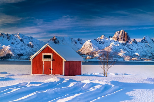 Ferienhaus in einer verschneiten landschaft