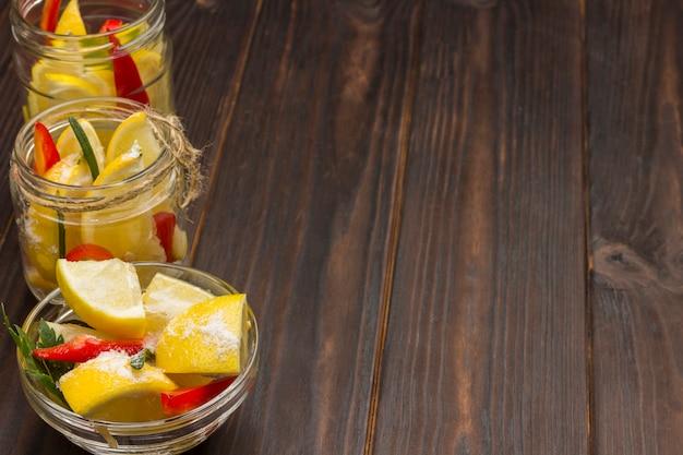 Fermentierende produkte. gläser mit zitrone, chilischoten und salz. natürliches erkältungsmittel. nahansicht. speicherplatz kopieren