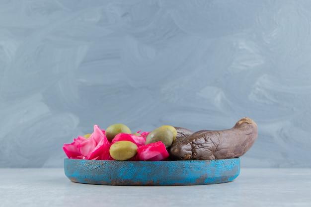 Fermentierte auberginen und kohl auf blauem teller.