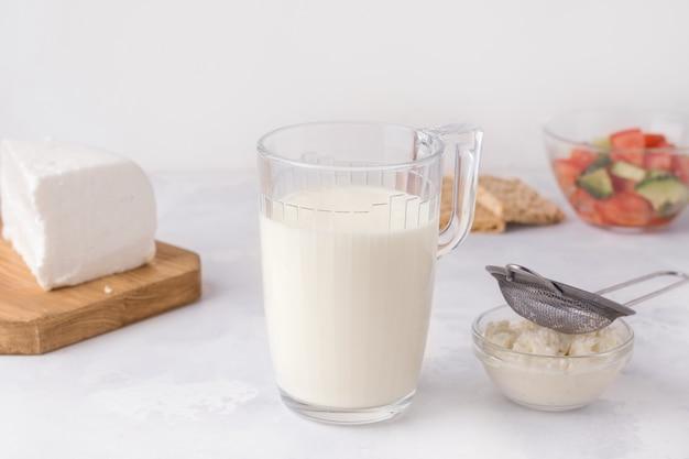 Fermentierte milch trinken kefir in einem glas. gesundes frühstückskonzept