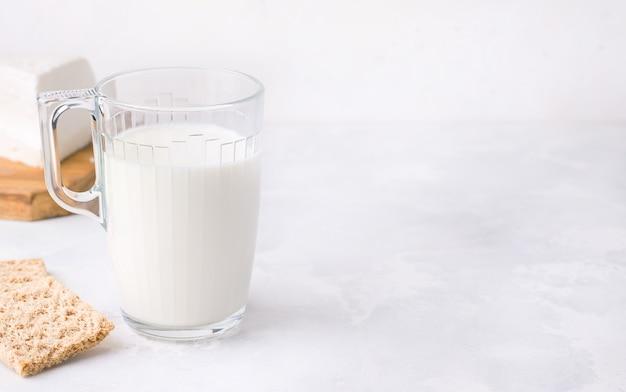 Fermentierte milch trinken kefir in einer tasse.