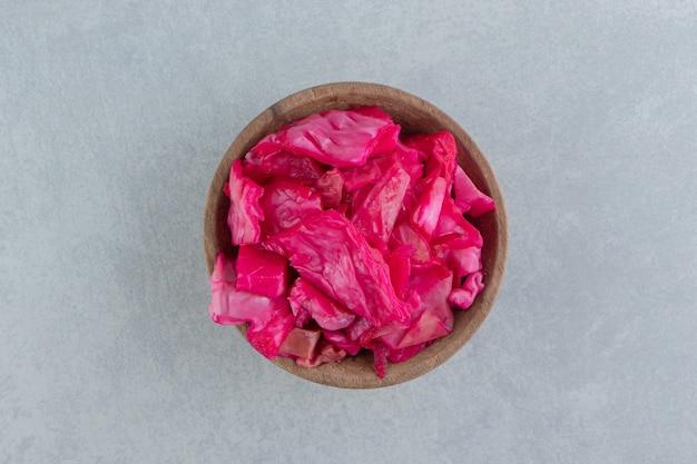Fermentierter rotkohl in einer schüssel
