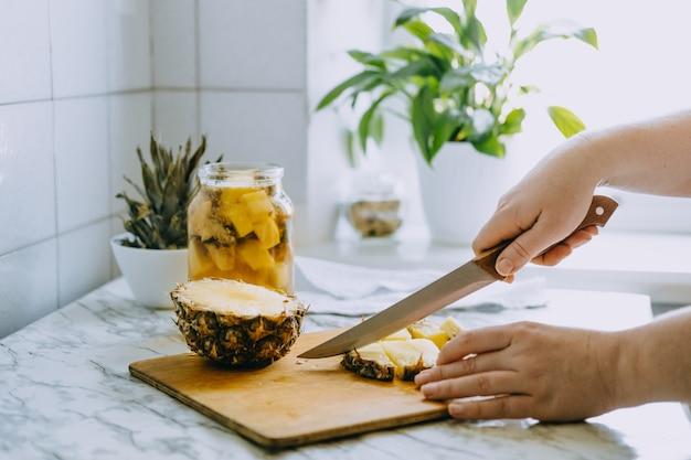 Fermentiertes ananas-kombucha-getränk tepache-kochprozess von hausgemachter probiotischer superfood-ananas