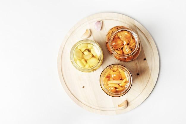 Fermentiertes essen. pilzkonserven aus speeren des weltraums. draufsicht.