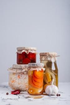Fermentiertes gemüse in gläsern auf dem tisch
