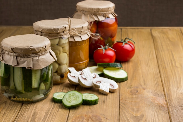 Fermentiertes gemüse in gläsern. gehacktes rohes gemüse. gesunde winterernährung. hausgemachte fermentationsprodukte. helle holzoberfläche. speicherplatz kopieren