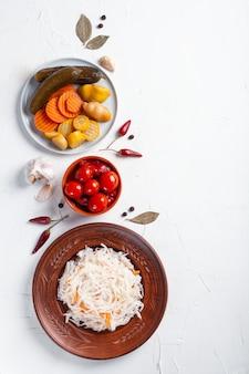 Fermentiertes gemüse mit zutaten auf einem weißen tisch