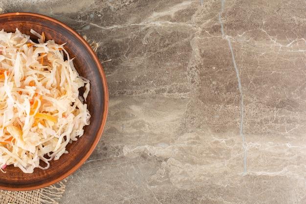 Fermentiertes gemüse sauerkraut auf steintisch gelegt.
