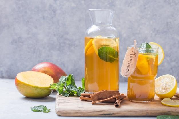 Fermentiertes getränk aus kombucha oder apfelwein. kaltes teegetränk mit nützlichen bakterien, zimt