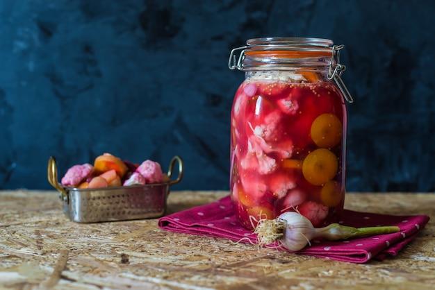 Fermentiertes glas eingelegtes gemüse durch indisches traditionelles rezept