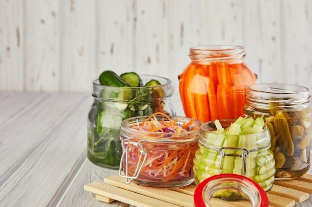 Fermentiertes konserviertes vegetarisches lebensmittelkonzept.