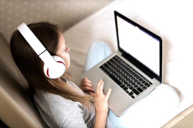 Fern- und online-bildung und fernunterricht für kinder zu hause