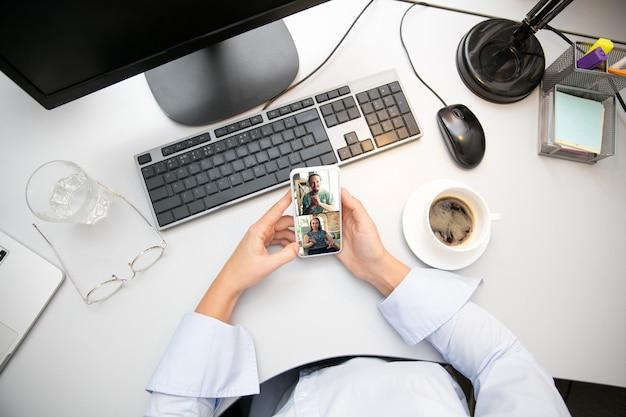 Fernarbeit vom heimarbeitsplatz im home office mit pc-geräten und gadgets