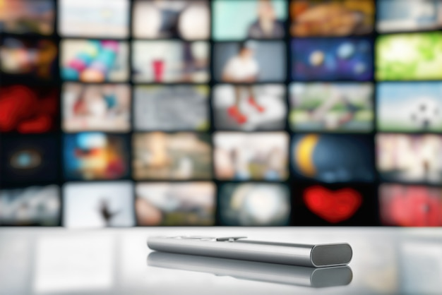 Fernbedienung vom fernseher auf einem großen fernsehbildschirm