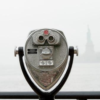 Ferngläser, die in richtung des freiheitsstatuen, ellis island, jersey city, staat new york, usa blicken