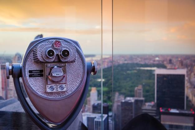 Fernglas auf einem blick auf sonnenuntergang, mit blick auf den central park